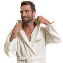 """Mjuk och lyxig badrock med huva. Härlig, varm och absorberande badrock i 100% bomull, med broderade initialer eller namn. Kombinera gärna badrocken med handdukar i samma färger från vår <a href=""""/handddukar/pure-exclusive""""> frottéserie Pure Exclusive.</a>"""