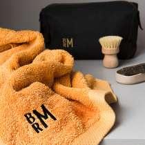 <p>Gör gåvan unik med initialer läckert broderade i ett modernt monogram. Det här är en lyxig gåva till honom eller henne som uppskattar det lilla extra! Fint gåvoset med badhandduk och Torino necessär i vaxad bomull. Det grova materialet ger ett tufft intryck, kombinerat med stiliga och moderna initialer broderade.</p>  <p>Välj mellan svart necessär tillsammans med rapsgul badhandduk eller en skogsgrön necessär tillsammans med en mellangrå badhandduk.</p>