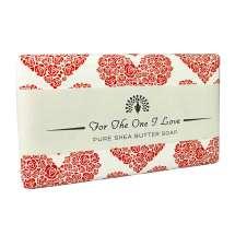 <p>Ge bort en vacker tvål med ett budskap till den du älskar, från The English Soap Company. Förpackad i ett vackert papper med vintage design och en trevlig hälsning.</p> <p>Tvål med doft av söta rosor och nyklippt gräs. Övre noter av pioner, violer och fresia, med en bas av guaiacträ och hallon.</p>