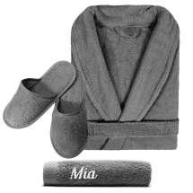 Mjuk och lyxig badrock och en handduk 50x100 cm med broderade initialer eller namn, samt matchande toflor utan brodering
