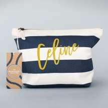 Elegant accessory bag med maritim design inspirerad av The Hamptons. Personalisera den till dig själv eller någon du tycker om. Solid 100% slitstark bomull garanterar flera års användning. Skriv önskat namn i de fyra fina glitterfärgerna!