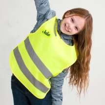 Se till att barnen syns med hjälp av denna sportiga namnbroderade reflexväst i neongult. För säkrare utomhusaktiviteter!
