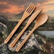 <p>Besticken du vil ha med på nästa utflykt!</p> <p>Praktiska bestick av bambu bestående av kniv, gaffel och sked. Levereras i ett fint etui av filtmaterial. Med graverat namn på alla tre delar är detta den perfekta gåvan till alla som älskar att ta korta eller långa utflykter i vår egen vackra natur!</p>