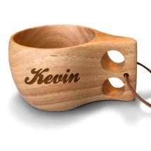 Träkåsan är handgjord av trä, så att varje kåsa är helt unik. Stilig design och enkel att hålla i. Skinnremmen gör att den är perfekt att fästa utanpå ryggsäcken. Kåsan är lik älgkåsan, men utan älgen på baksidan.  Lasergraveras med valfritt nam.
