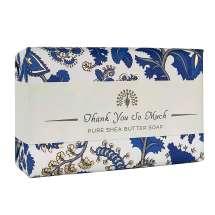 <p>Ge bort en vacker tvål med ett budskap till den du tycker om, från The English Soap Company. Förpackad i ett vackert papper med vintage design och en trevlig hälsning.</p> <p>Tvål med en utsökt doft, rik på blomstrande jasmin och mysk. Eleganta övre noter av vilda jordgubbar, apelsinblomster och kiwi.</p>