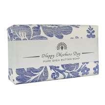 <p>Ge bort en vacker tvål med ett budskap till din mamma på morsdag, från The English Soap Company. Förpackad i ett vackert papper med vintage design och en trevlig hälsning.</p> <p>Lyxig doft av friska blåklockor. Denna tvål är helt enkelt fantastisk - och även din huds bästa vän.</p>