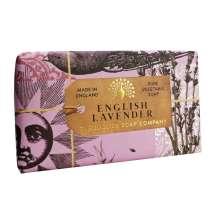 The English Soap Company firar sitt 20-årsjubileum av tvåltillverkning. Jubileumssamlingen använder en modern design och ett varierat urval av deras mest populära dofttvålar. En härlig tvål med vårdande ingredienser, bland annat Sheasmör som är känt för sina återfuktande egenskaper. Doftar fantastiskt! Inpackade i modern och vacker design.<br/> En aromatisk doft av lugnande lavendel och rosmarin, tillsammans med en frisk karaktär av mynta. En blandning av hö, torkade lavendelblommor och vanilj skapar tillsammans med cederträ och mysk basen för denna härliga tvål.<br/><br/>