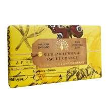 The English Soap Company firar sitt 20-årsjubileum av tvåltillverkning. Jubileumssamlingen använder en modern design och ett varierat urval av deras mest populära dofttvålar. En härlig tvål med vårdande ingredienser, bland annat Sheasmör som är känt för sina återfuktande egenskaper. Doftar fantastiskt! Inpackade i modern och vacker design.<br/> Tvål med en frisk doft av citron och rosblad. Rika undertoner av torr bärnsten, söt apelsin och mysk.<br/><br/>