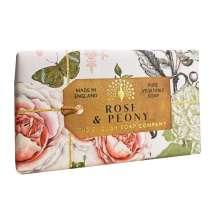 The English Soap Company firar sitt 20-årsjubileum av tvåltillverkning. Jubileumssamlingen använder en modern design och ett varierat urval av deras mest populära dofttvålar. En härlig tvål med vårdande ingredienser, bland annat Sheasmör som är känt för sina återfuktande egenskaper. Doftar fantastiskt! Inpackade i modern och vacker design.<br/> Tvål med en frisk doft av söta rosor och nyklippt gräs. Övre toner av pioner, violer och fresia, med en bas av guaiacträ och hallon.<br/><br/>