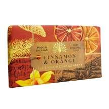 The English Soap Company firar sitt 20-årsjubileum av tvåltillverkning. Jubileumssamlingen använder en modern design och ett varierat urval av deras mest populära dofttvålar. En härlig tvål med vårdande ingredienser, bland annat Sheasmör som är känt för sina återfuktande egenskaper. Doftar fantastiskt! Inpackade i modern och vacker design.<br/> En tvål full av arom från citrus och kryddor skapar denna lyxiga värmande doft.<br/><br/>